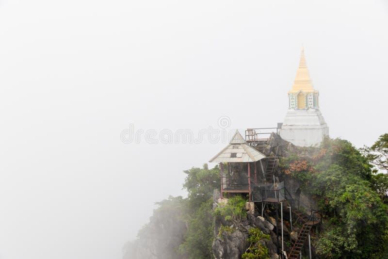 Pagoda sur la falaise images stock