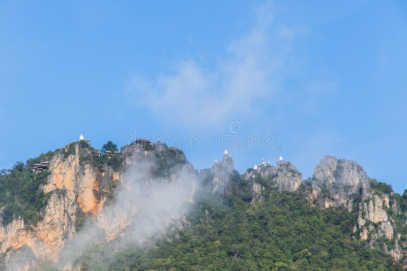Pagoda sur la falaise photo stock