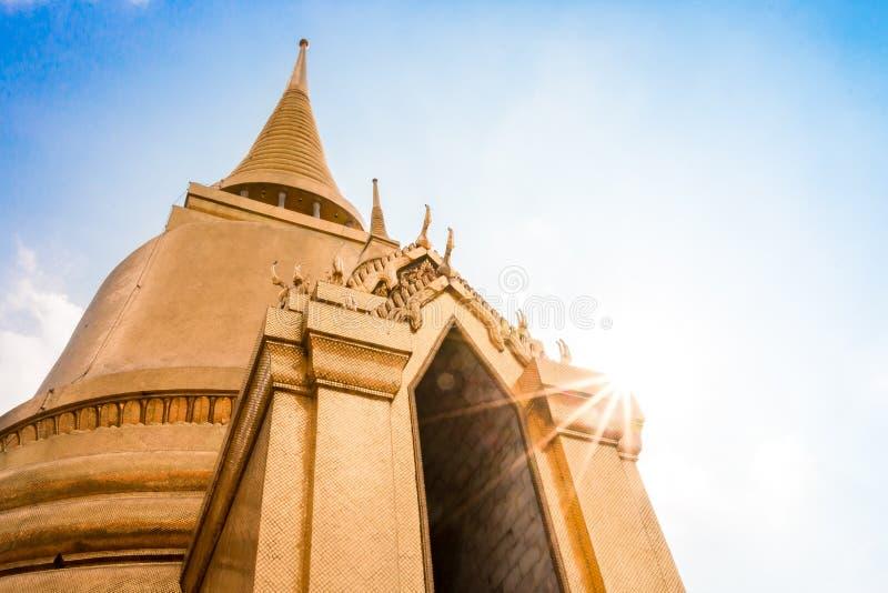 Pagoda tailandesa en Bangkok con el cielo azul soleado imágenes de archivo libres de regalías