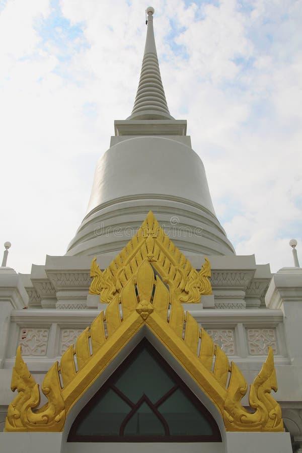 Pagoda tailandese sul fondo del cielo fotografia stock
