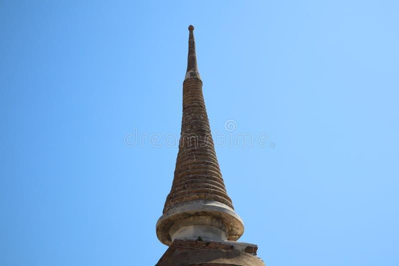 Pagoda vieja del cemento en el templo tailand?s, objetos al aire libre del fondo hermoso del cielo, budismo foto de archivo libre de regalías