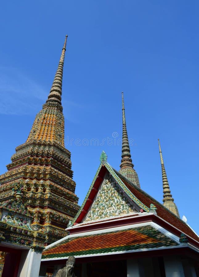 Pagoda y pabellón tailandeses con el fondo del cielo azul, Wat Pho, prohibición fotografía de archivo libre de regalías