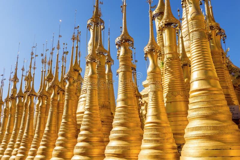 Pagodas à la pagoda de Shwe Indein images libres de droits
