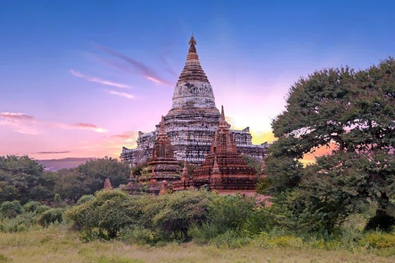Pagodas antiguas en el campo de Bagan en Myanmar en la puesta del sol foto de archivo