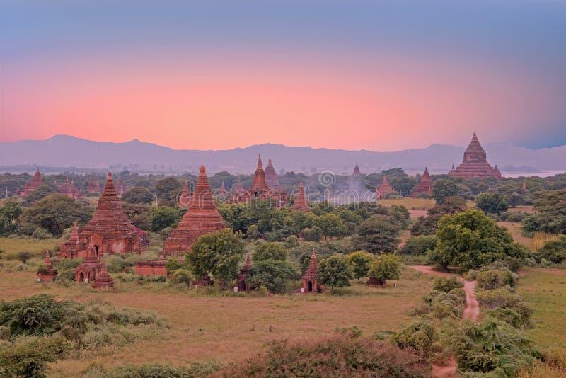 Pagodas antiguas en el campo de Bagan en Myanmar en los soles imágenes de archivo libres de regalías