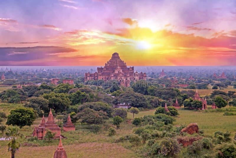 Pagodas antiques dans le paysage de Bagan dans Myanmar au lever de soleil photo stock
