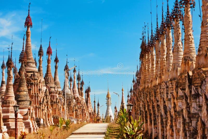 Pagodas antiques de Kakku de Birman près de lac Inle, Myanmar images libres de droits