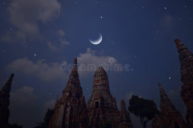 Pagodas antiques sous la nuit de affaiblissement de lune de l'hiver photos libres de droits