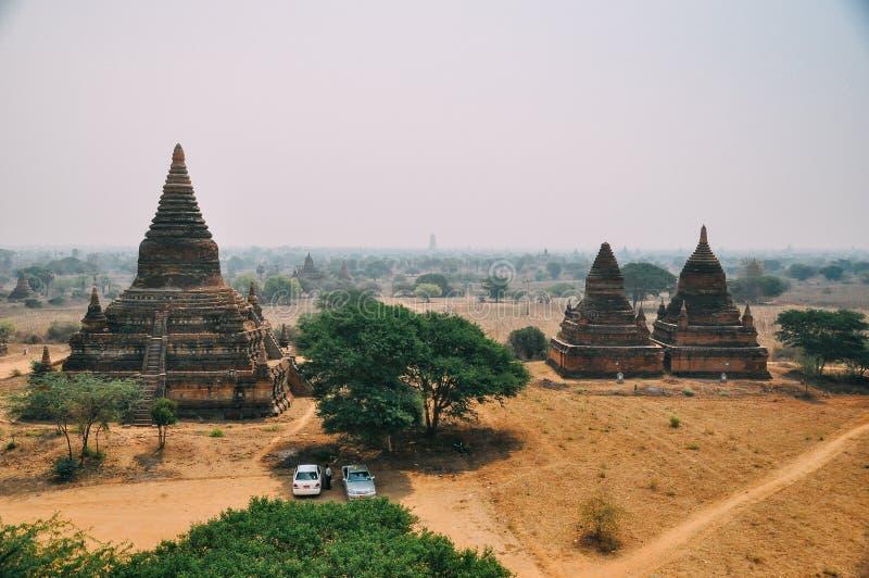 3 pagodas avec le ciel flou dans Bagan photographie stock libre de droits