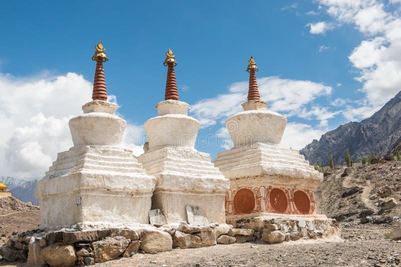 Pagodas blanches tibétaines photo libre de droits