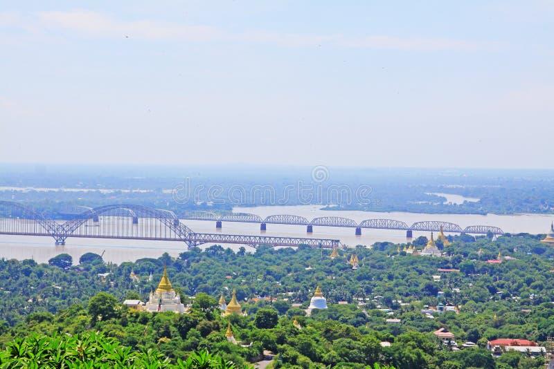 Pagodas de colline de Sagaing et rivière d'Irrawaddy, Sagaing, Myanmar photo stock