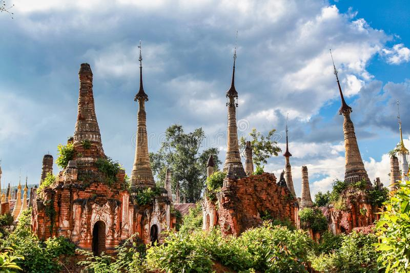 Pagodas de Shwe Indein dans le village d'Indein, Myanmar images stock