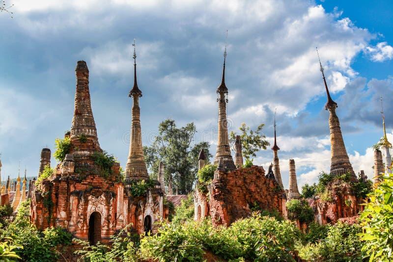 Pagodas de Shwe Indein dans le village d'Indein, Myanmar images stock