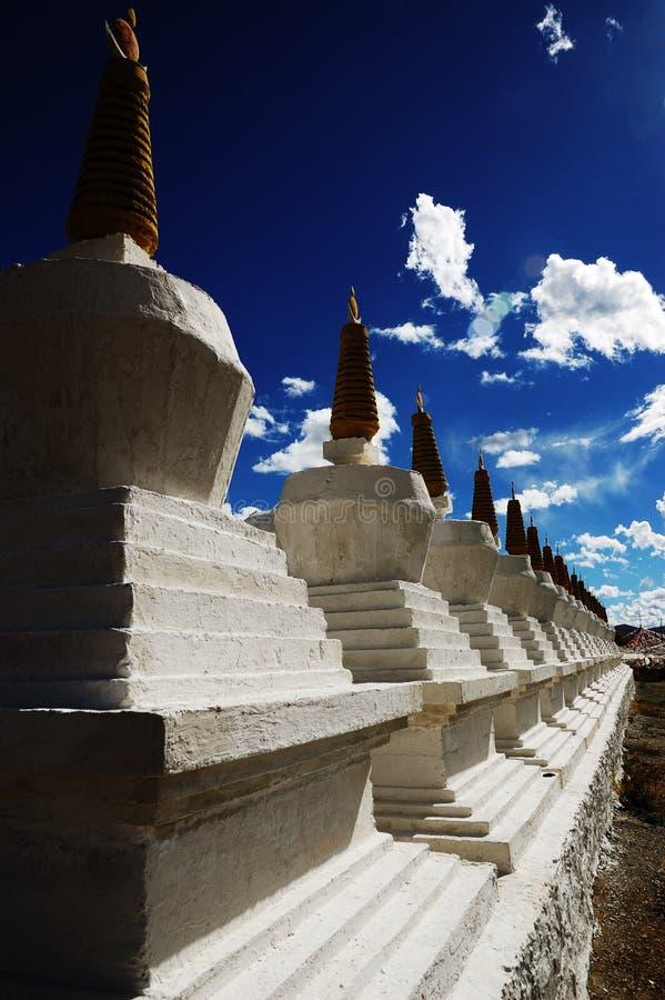 Pagodas di bianco del Tibet fotografia stock libera da diritti