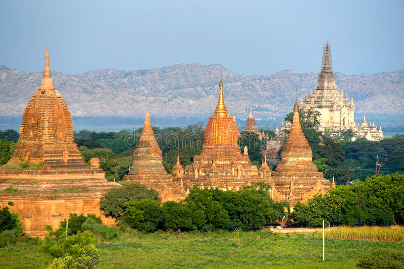 Pagodas e Gawdawpalin Pahto, Bagan, Myanmar. fotografia stock
