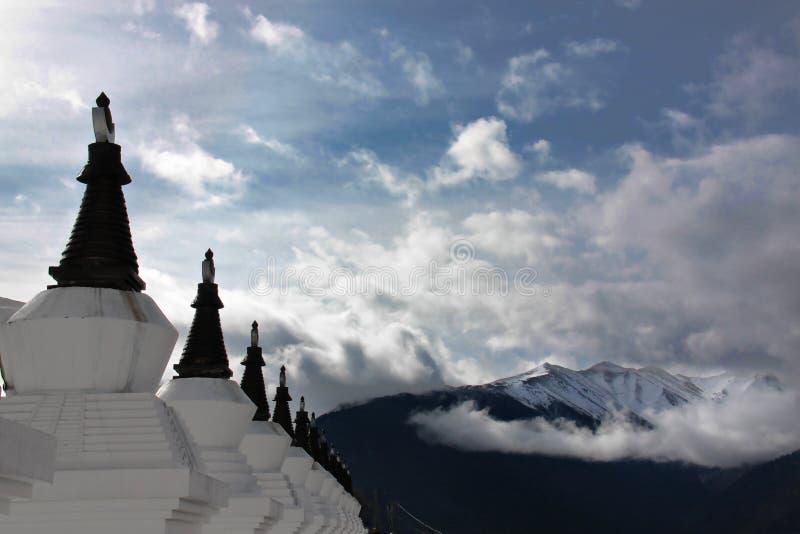 Pagodas et montagnes de neige au Thibet photographie stock libre de droits
