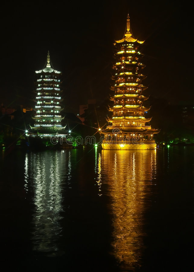 Pagodas gêmeos com reflexão em China fotografia de stock royalty free