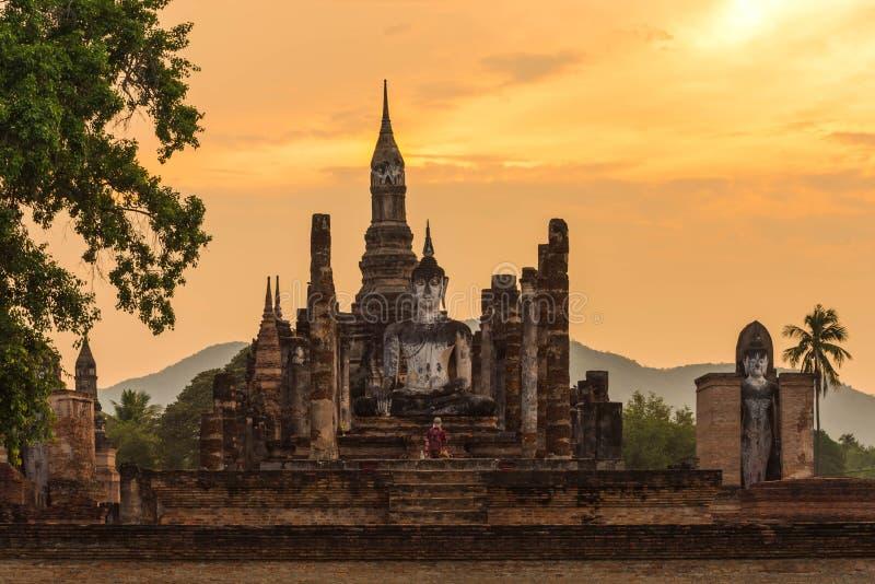 Pagode antigo e buddha grande no parque histórico de Sukhothai fotos de stock royalty free
