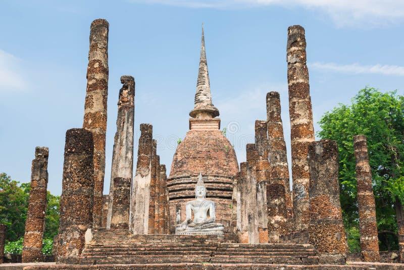 Pagode antigo e buddha grande no parque histórico de Sukhothai imagens de stock