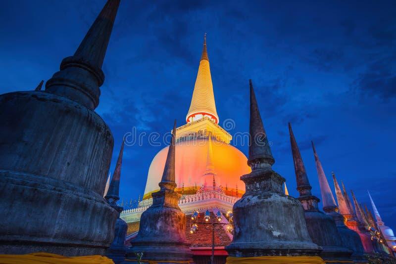 Pagode antigo no templo de Wat Mahathat, cena da noite, Nakhon Si Thammarat, do sul de Tailândia fotos de stock