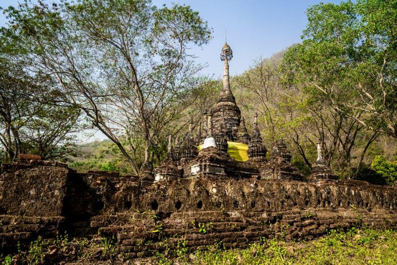 Pagode antigo que cerca por árvores com as montanhas como o fundo fotografia de stock royalty free