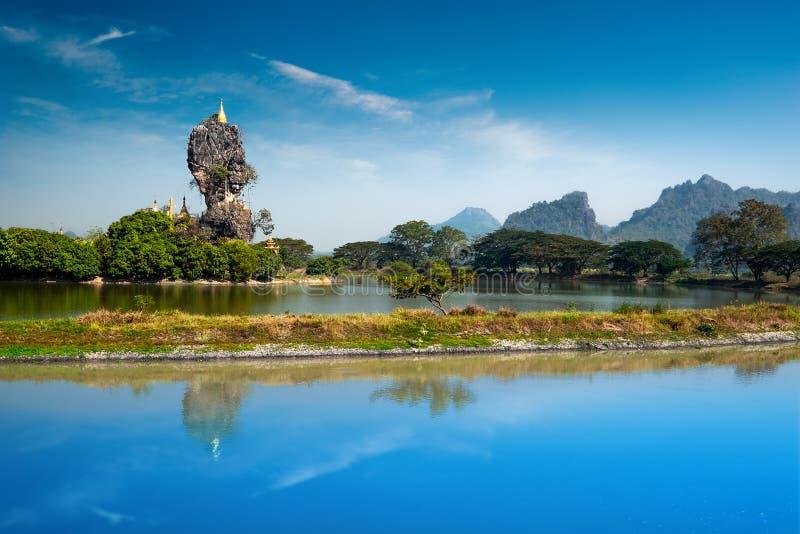 Pagode budista de Kyauk Kalap Hpa-An, Myanmar (Burma) fotografia de stock