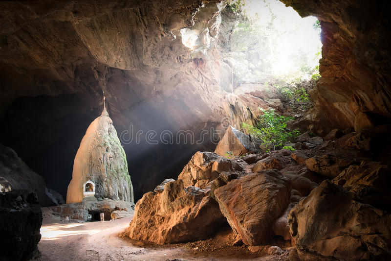 Pagode budista na caverna do minuto do pecado de Sadan Hpa-An, Myanmar (Burma) imagem de stock