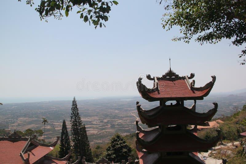 Pagode budista na parte superior da montanha foto de stock