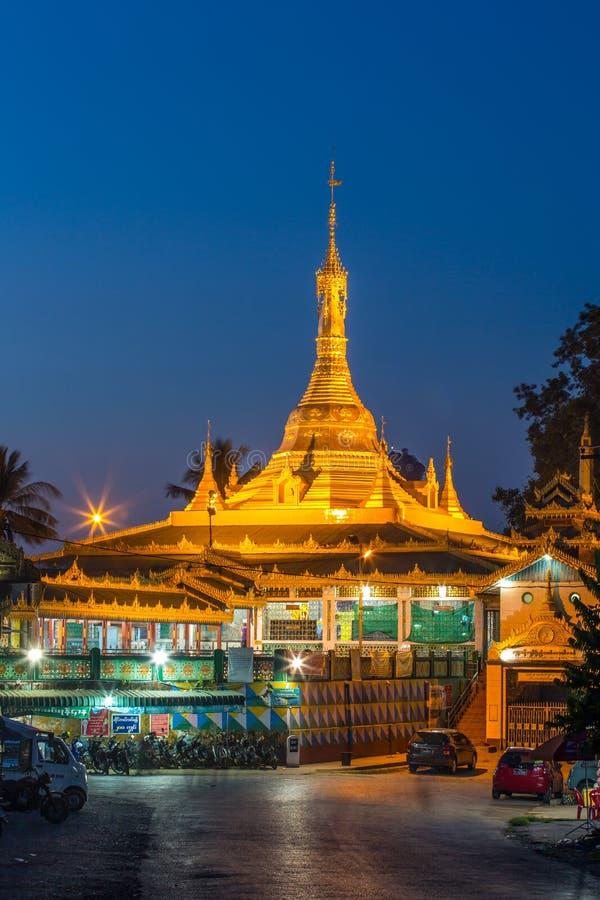 Pagode burmese dourado na cidade de Hpa-an, Myanmar foto de stock