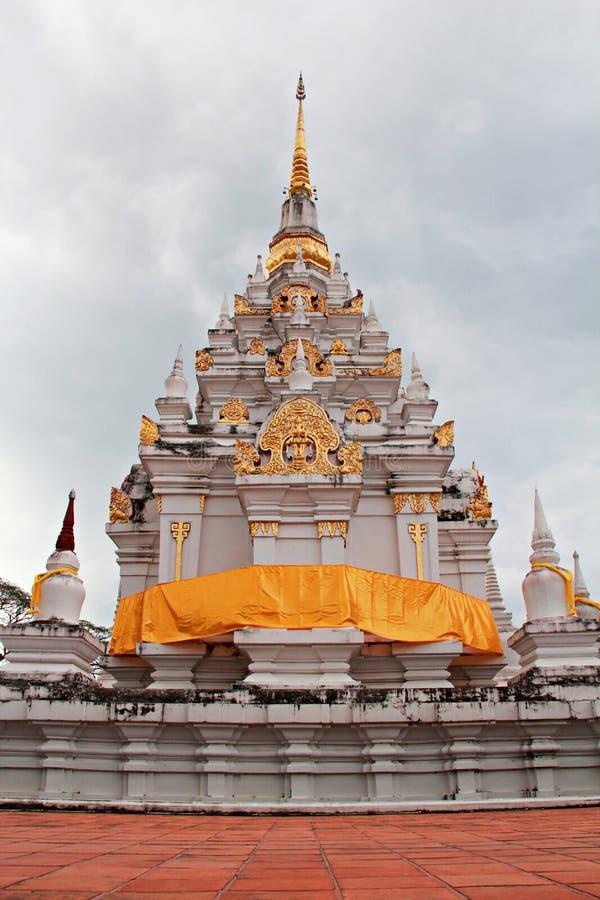 Pagode com o templo dourado da relíquia de Chaiya do emblema, fotografia de stock royalty free