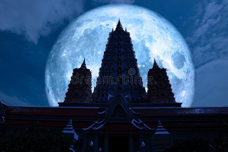 pagode completo triplicar-se da silhueta da parte traseira da lua azul no céu noturno foto de stock