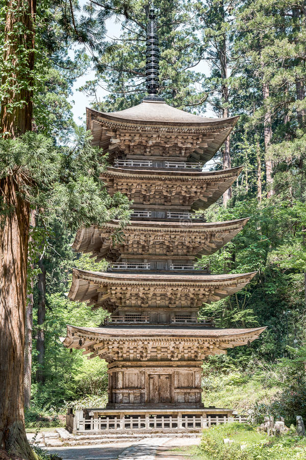 Pagode da cinco-história do ` s de Dewa Sanzan na montagem famosa Haguro do ` s de Japão imagens de stock