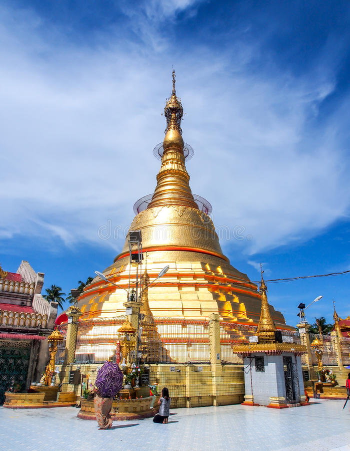 Pagode de Botataung com céu azul, Yangon, Myanmar 3 fotos de stock royalty free