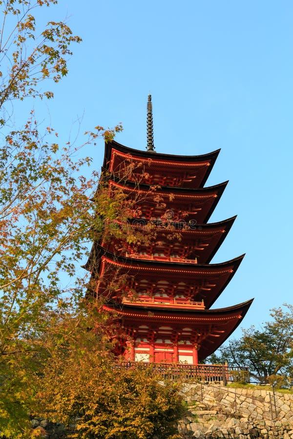 Pagode de cinco histórias com a árvore de bordo do momiji fotografia de stock