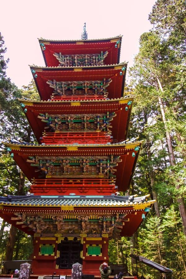 Pagode de cinco níveis no turista japonês da floresta que toma fotos fotos de stock royalty free
