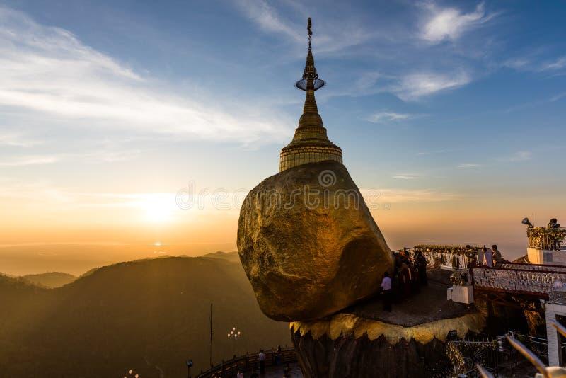 Pagode de Kyaikhtiyo ou de Kyaiktiyo, rocha dourada, Myanmar com os peregrinos durante o por do sol imagens de stock royalty free