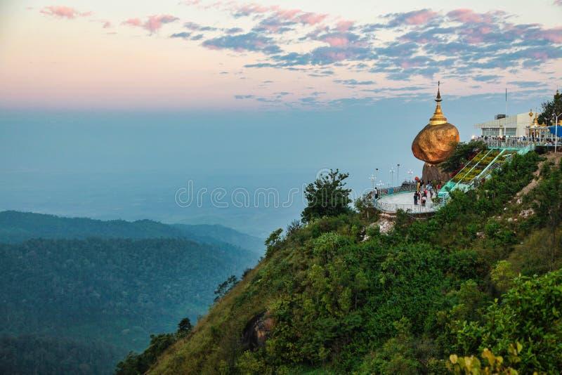 Pagode de Kyaiktiyo igualmente conhecido como a rocha dourada em Burma, Myanmar foto de stock royalty free
