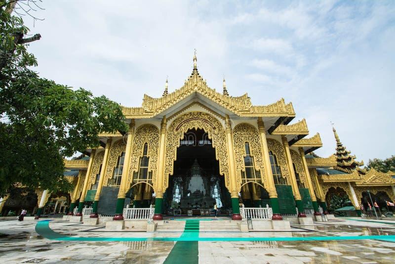 Pagode de Kyauk Taw Gyi do templo em Yangon, Myanmar (Burma) são public domain ou tesouro do budismo foto de stock