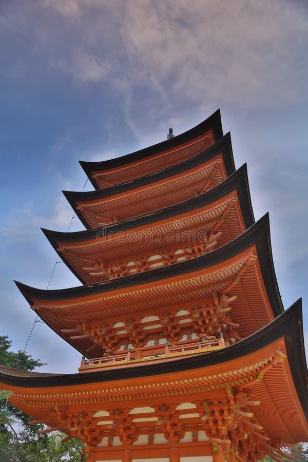 Pagode de madeira japonês antigo com céu azul imagem de stock royalty free