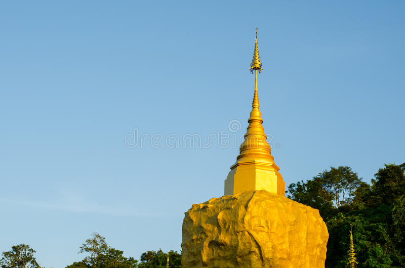 Pagode de Phadan na rocha mountian, dourada, Sakonnakorn Tailândia fotos de stock