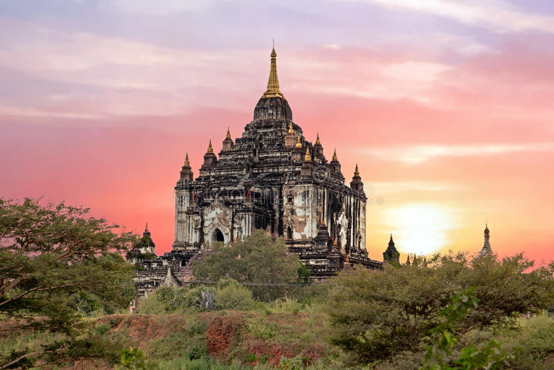 Pagode de Shwe Sandaw em Bagan no por do sol em Myanmar imagens de stock royalty free