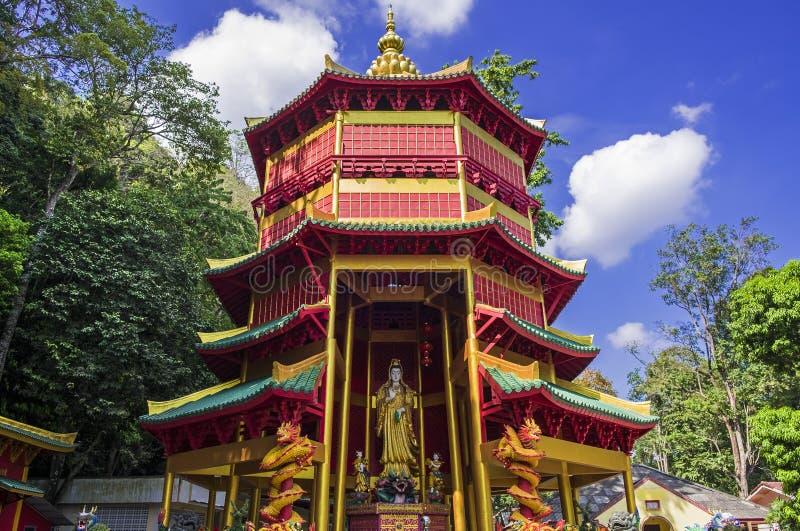 Pagode do estilo chinês com em Tiger Cave Temple, Wat Tham Seua na província de Krabi, Tailândia foto de stock