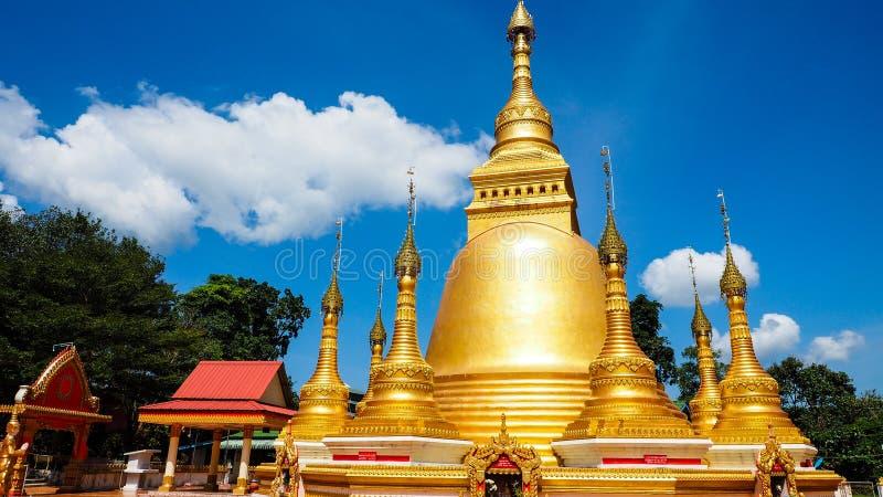 Pagode dourado bonito no dia ensolarado imagens de stock royalty free