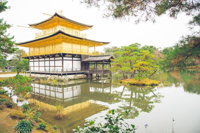 Pagode dourado com árvore verde e reflexão no lago no outono a fotos de stock royalty free