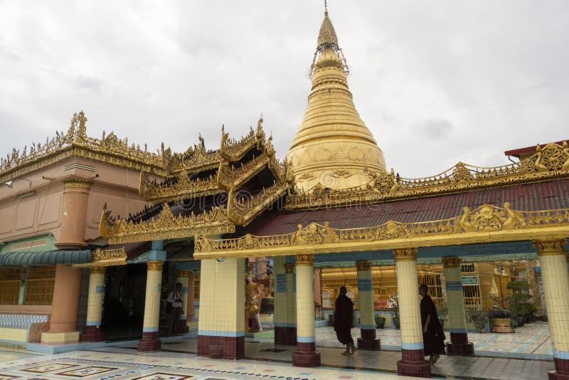 Pagode dourado de Sagaing, Myanmar fotografia de stock royalty free