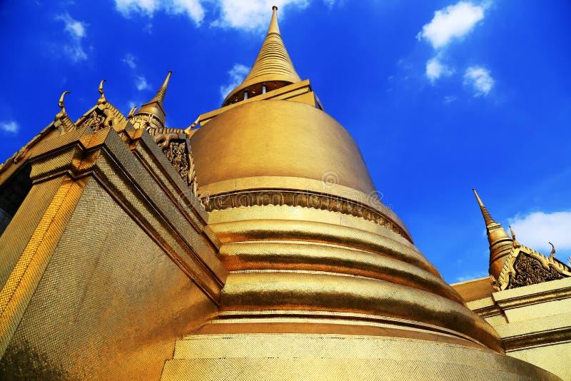 Pagode dourado de Wat Phra Kaew em Tailândia fotografia de stock