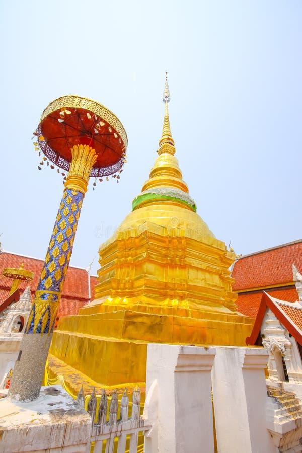 Pagode dourado do templo tailandês fotografia de stock