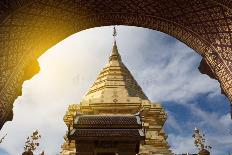 Pagode dourado em Wat Phra That Doi Suthep, Chiang Mai, h popular fotos de stock