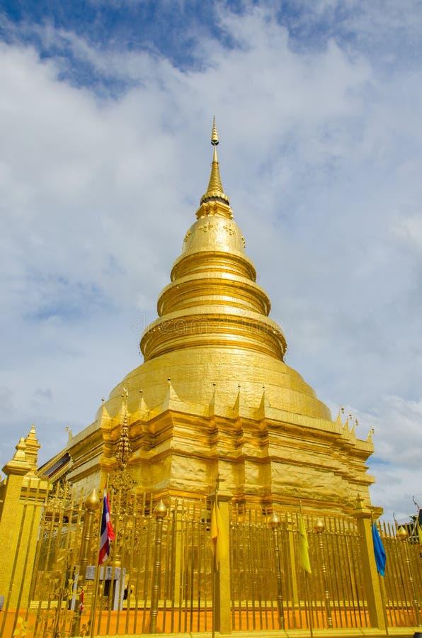 Pagode dourado no lamphun, Tailândia foto de stock royalty free