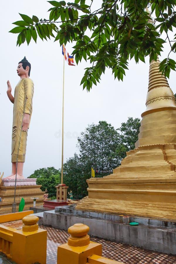 Pagode e estátua dourados antigos de buddha em Wat Phnom Yat, província de Pailin, Camboja ocidental, o templo construído por emi imagem de stock royalty free